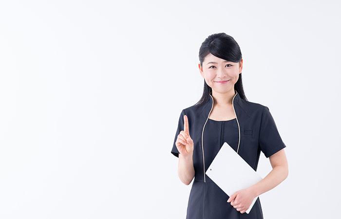 書類を手に持つ女性