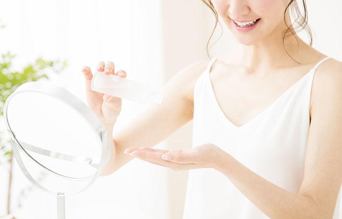 化粧品を使用する女性